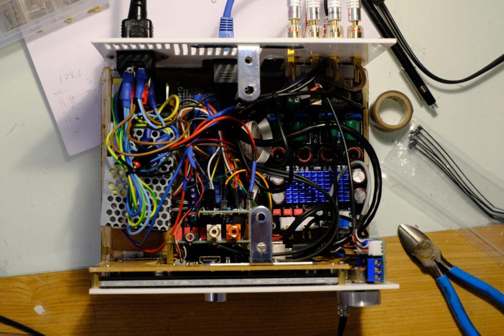 L'intérieur de la radio.